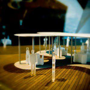 stretnutie pri stoloch