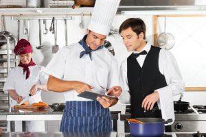 personal restauracie, sefkuchar a casnik planuju menu